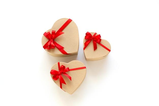 Prezenty pudełka kształt serca na białym tle