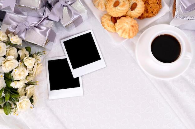 Prezenty ślubne i zdjęcia z kawą i herbatnikami