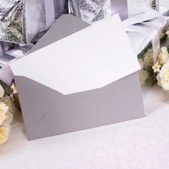 Prezenty ślubne z zaproszeniem lub kartą z podziękowaniami