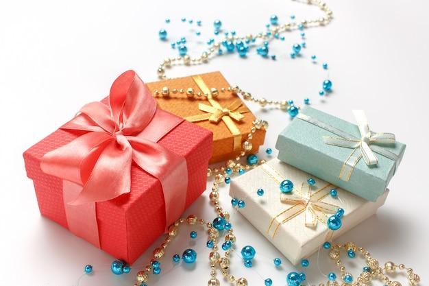 Prezenty świąteczne, błyszczące, błyszczące koraliki ozdoby na białym tle.