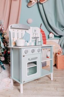 Prezenty świąteczne dla dzieci pod choinką. zabawkowy prezent kuchenny dla dziewczynki. prezent pod choinkę. zabawka drewniana kuchnia i naczynia.