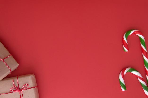 Prezenty świąteczne i laski cukierków