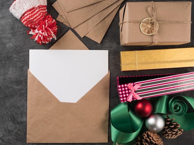 Prezenty świąteczne i listy na stole. widok z góry, kopia przestrzeń.