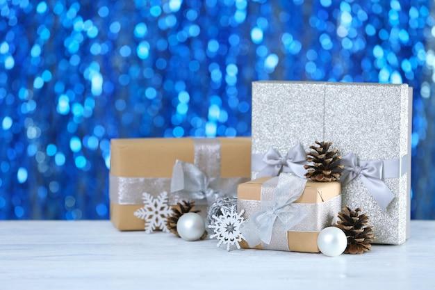 Prezenty świąteczne i niewyraźne światła na tle