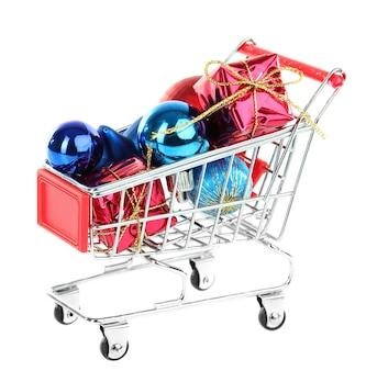 Prezenty świąteczne i zakupy w wózku na białym tle