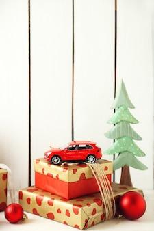 Prezenty świąteczne na drewnianej powierzchni