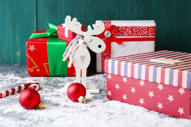 Prezenty świąteczne na kolorowej drewnianej powierzchni
