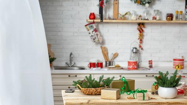 Prezenty świąteczne na stole w kuchni