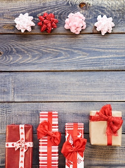 Prezenty świąteczne naprzeciwko kokardek