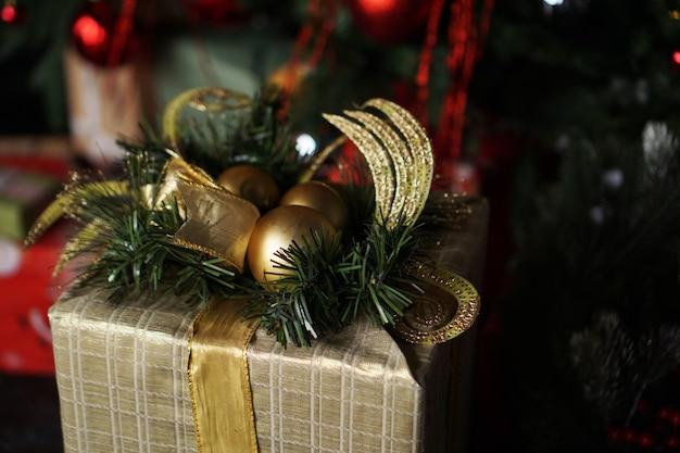 Prezenty świąteczne pod choinką. szczęśliwego nowego roku