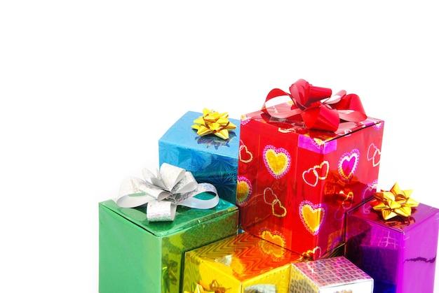 Prezenty świąteczne pudełko z satynową kokardą na białym tle