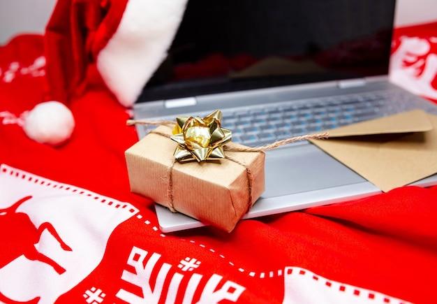 Prezenty świąteczne. szybkie, wydajne zakupy online i karta kredytowa na stole w domu. zimowe wyprzedaże, uroczystości, technologia, e-commerce, rabaty, promocje i koncepcja płatności online w domu