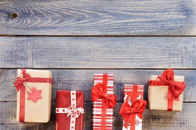 Prezenty świąteczne umieszczone obok siebie