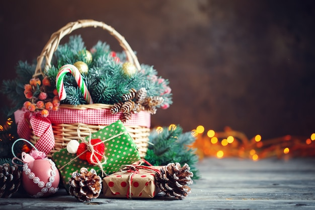 Prezenty świąteczne w koszu z gałęzi jodłowych