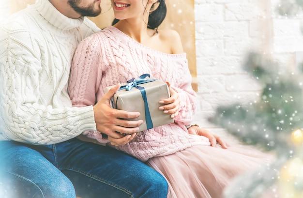 Prezenty świąteczne w rękach mężczyzny i kobiety. selektywne ustawianie ostrości.