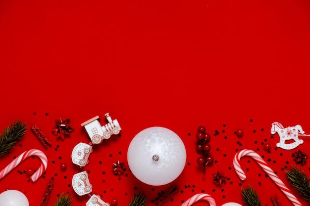 Prezenty świąteczne w tle flatlay, bombki i gwiazdy. górny poziomy widok tło czerwone tło.nowy rok i koncepcja boże narodzenie