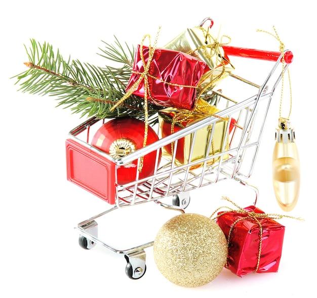 Prezenty świąteczne w wózku na zakupy, na białym tle
