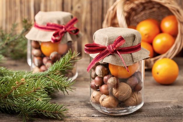 Prezenty świąteczne z mandarynkami i orzechami