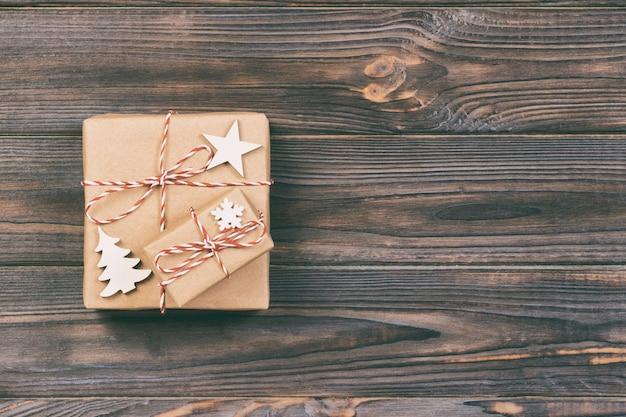 Prezenty świąteczne z płatkami śniegu, gwiazdą i drewnianą choinką. nowy rok koncepcja tło.