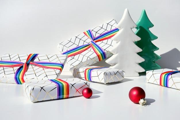 Prezenty świąteczne z tęczową wstążką w kolorach flagi społeczności lgbt