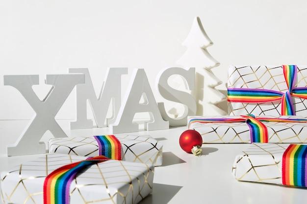 Prezenty świąteczne z tęczową wstążką w kolorach flagi społeczności lgbtq