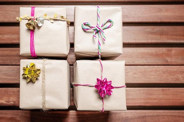 Prezenty świąteczne zamawiane z kolorowymi wstążkami i sznurkami