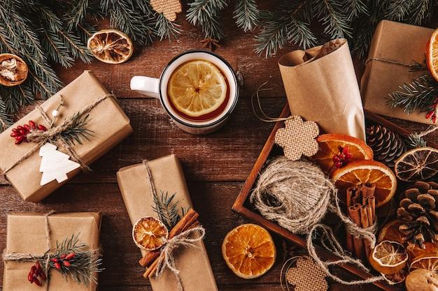 Prezenty świąteczne zapakowane w papier pakowy i ozdobione materiałami przyjaznymi dla środowiska