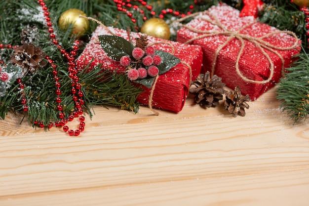 Prezenty świąteczne zawinięte w papier falisty na podłoże drewniane
