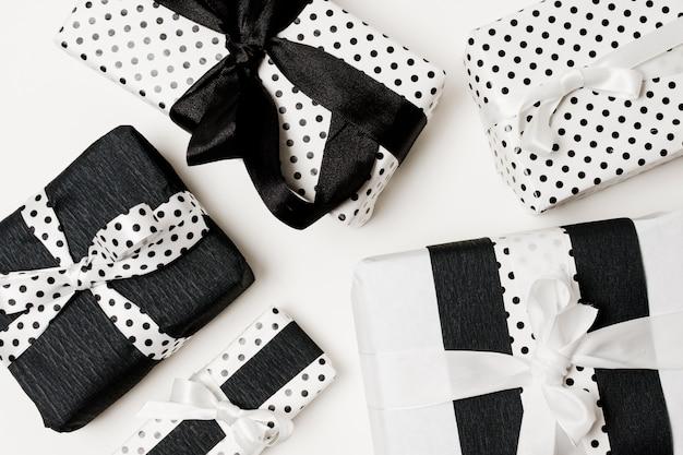 Prezenty urodzinowe przedstawiają pudełko zapakowane w biały i czarny piękny papier w kropki