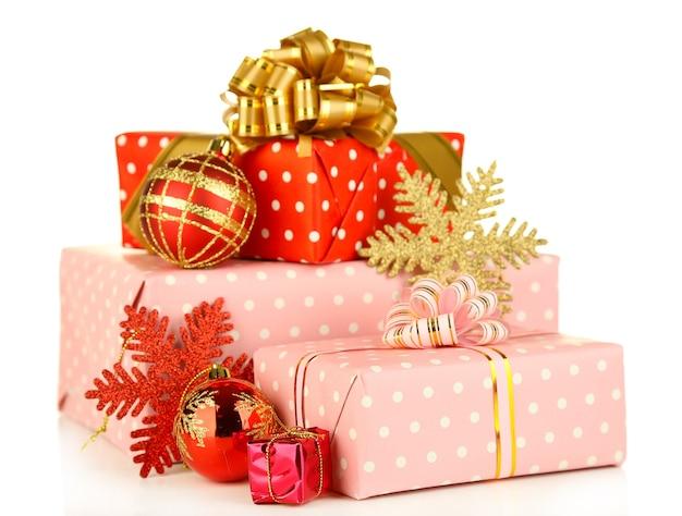Prezenty z dekoracjami świątecznymi, na białym tle