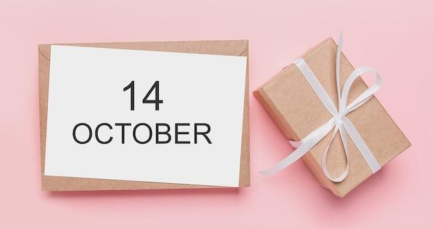 Prezenty z listem nutowym na na białym tle różowym tle, koncepcja miłości i walentynki z tekstem 14 października