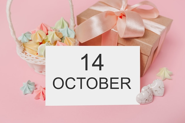 Prezenty z listem nutowym na na białym tle różowym z koncepcją słodyczy, miłości i walentynki z tekstem 14 października