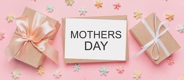 Prezenty z listem nutowym na na białym tle różowym z koncepcją słodyczy, miłości i walentynki z tekstem matek day