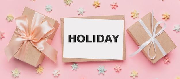 Prezenty z listem nutowym na na białym tle różowym z koncepcją słodyczy, miłości i walentynki z tekstem wakacje