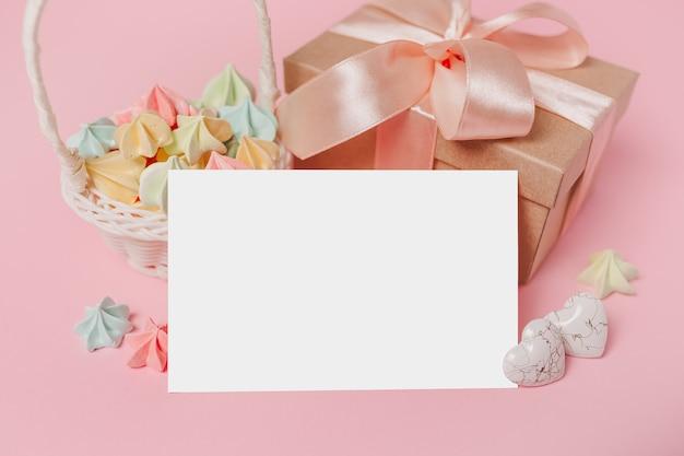 Prezenty z listem uwagę na na białym tle różowym tle z koncepcją słodyczy, miłości i valentine