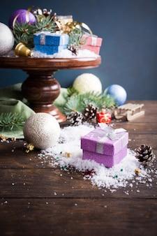 Prezenty z świątecznych dekoracji na drewniany stojak na ciasto