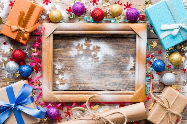 Prezenty, zabawki świąteczne i drewniana rama