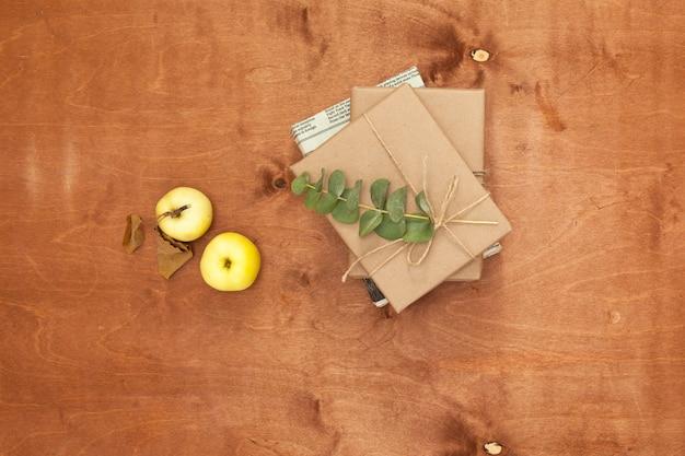 Prezenty zapakowane w papier rzemieślniczy