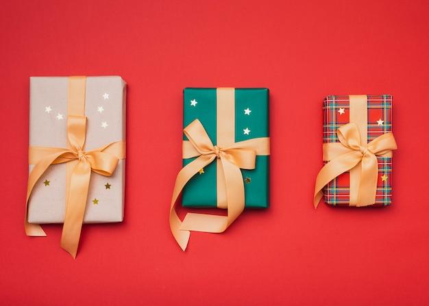 Prezenty zapakowane w świąteczny papier ze złotymi gwiazdkami