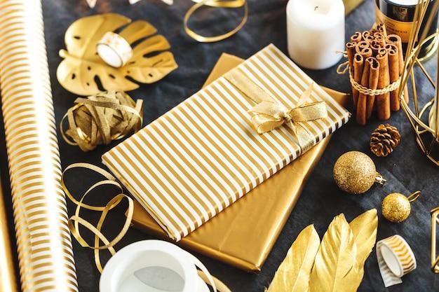 Prezenty zapakowane w złoty papier na stole