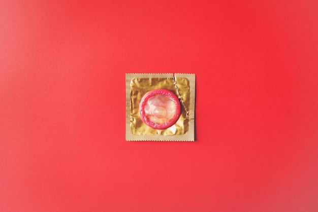 Prezerwatywa w opakowaniu jest otwarta przez rozdarcie