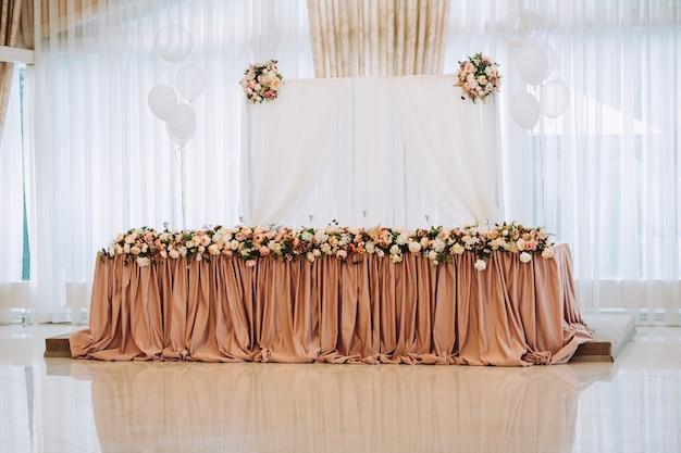 Prezydium pary młodej na weselu, stół dla pary młodej