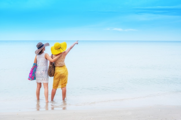Pride i lgbtq+ na letniej plaży. para biseksualna i homoseksualna.