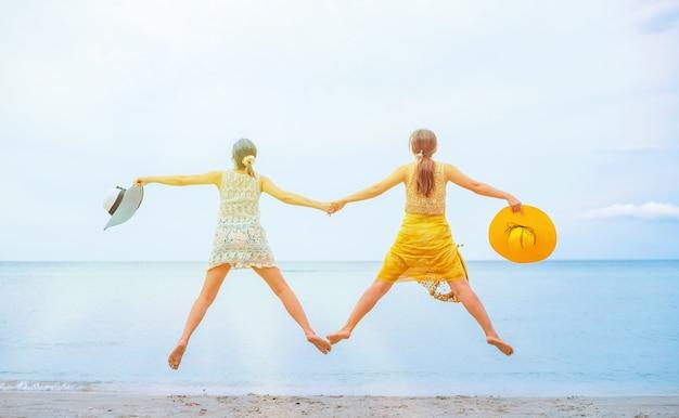 Pride i lgbtq+ na letniej plaży. para miłości biseksualnej i homoseksualnej.