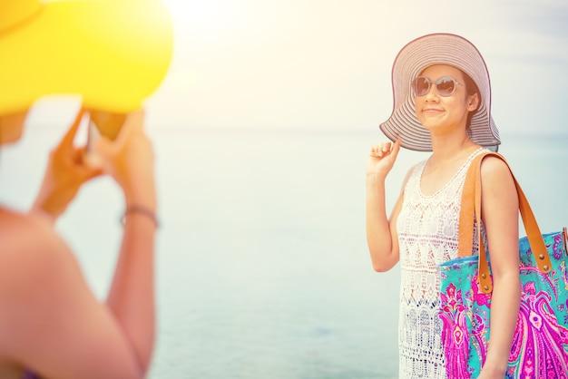 Pride I Lgbtq+ Na Letniej Plaży. Para Miłości Biseksualnej I Homoseksualnej. Premium Zdjęcia