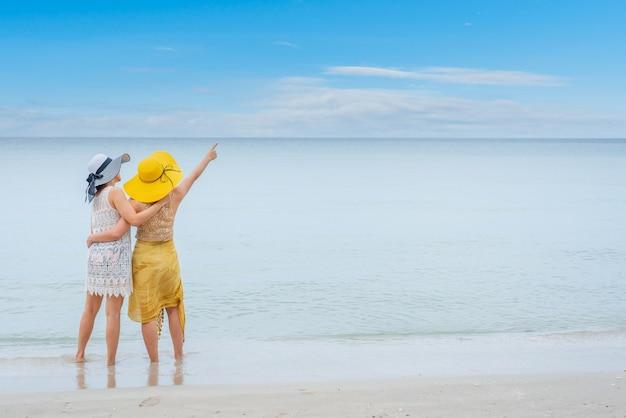 Pride i lgbtq zakochana para na letniej plaży.