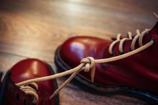Prima aprilis buty ze sznurowadłami związanymi razem
