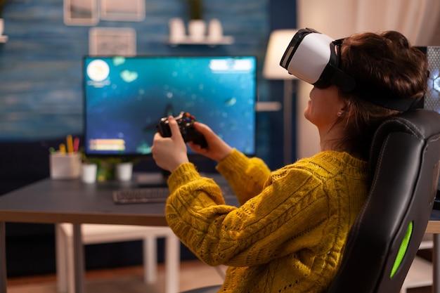 Pro cyber-sportowy gracz relaksujący się podczas grania w gry wideo za pomocą zestawu słuchawkowego vr późną nocą