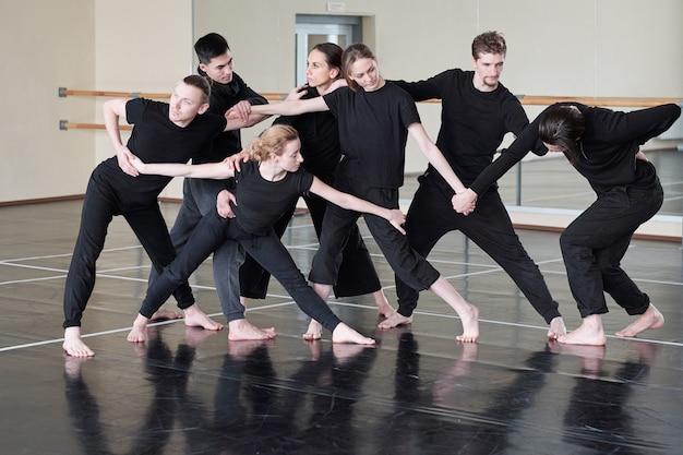 Próba profesjonalnych tancerzy współczesnych