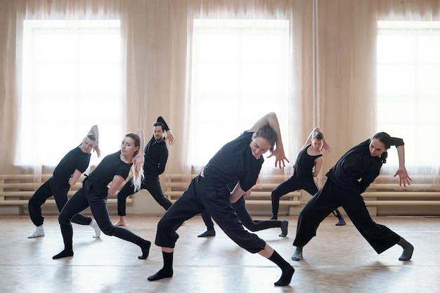 Próba zespołu tańca współczesnego